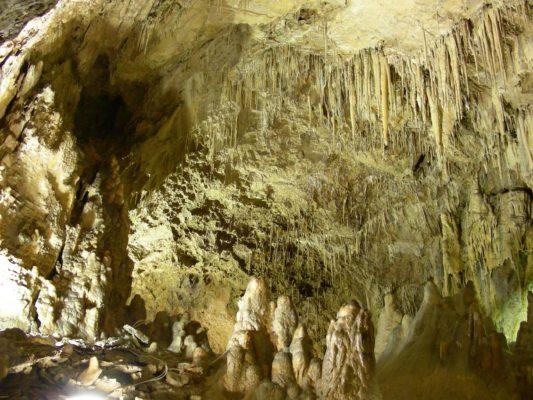 grotta del cavallone - ampie sale sotterranee con stalattiti e stalagmiti