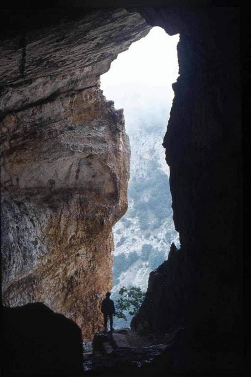 grotta del cavallone scorcio del panorama da dentro la grotta