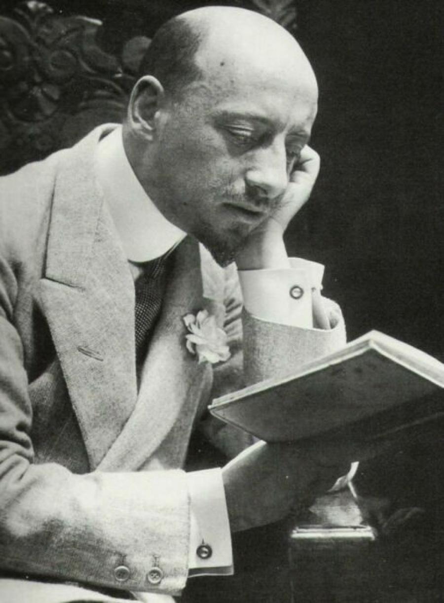 immagine d'epoca di Gabriele D'Annunzio leggendo libro